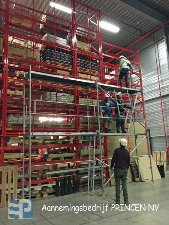 Praktische oefeningen in het bouwen van steigers tijdens de opleiding